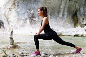 Frau macht Yoga in Giesswein Schuhen